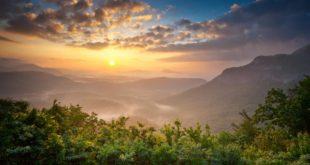 Holidays Lounge Invites Travelers to the Carolinas